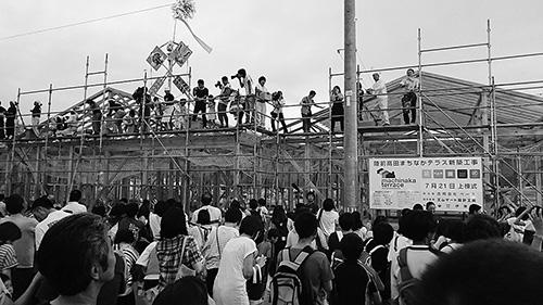 2017年7月21日。建設中の店舗の上棟式の餅まき(陸前高田市の中心市街地で)、撮影は筆者