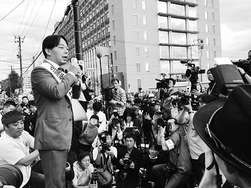 ▶裁判所前で待ち構える原告や支援者に判決内容を報告する筆者、福島地裁前。