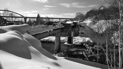 雪のなか、修繕工事中の芙蓉橋(ニセコ町尻別川)
