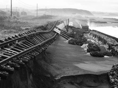 ▲ⒸJR北海道 JR日高線清畠・豊郷間─高波で破壊された線路─(すぐ右側が海岸線)