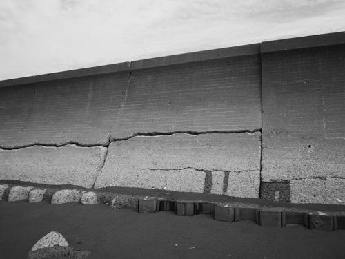 亀裂の入った防波堤(海側から静内地方自動車整備協同組合理事長撮影)