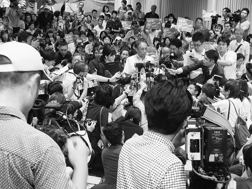 当選後のインタビューを受ける玉城デニーさん。湧田廣撮影