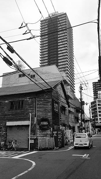 高層タワーマンションとその真下の文化住宅