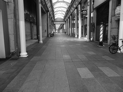 土曜日なのに誰もいない中央商店街