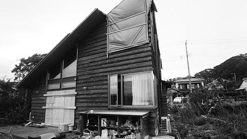 側壁と屋根が飛ばされた住宅。