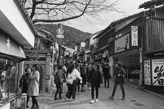 京都・東山区三年坂(産寧坂)に続く松原通の賑わい。筆者撮影。