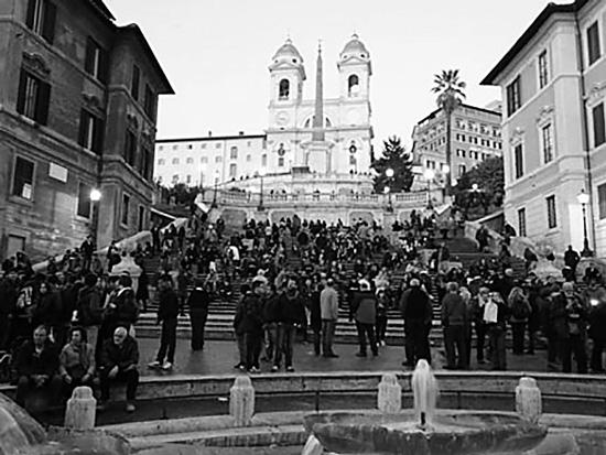 イタリア・ローマのスペイン広場の混雑(筆者撮影)
