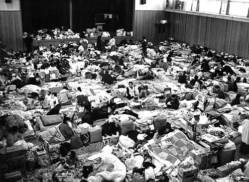 避難所の様子。上から、1995年阪神・淡路大震災、2016年熊本地震(水谷嘉浩氏撮影)①