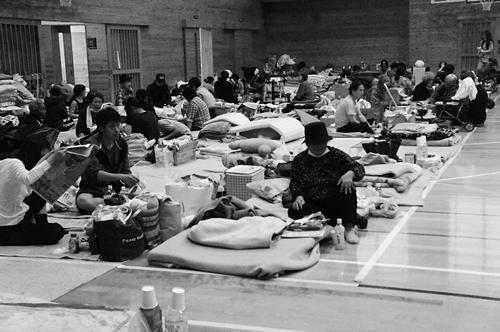避難所の様子。上から、1995年阪神・淡路大震災、2016年熊本地震(水谷嘉浩氏撮影)②