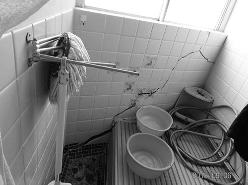 床が傾き、トイレ・風呂が壊れたままの在宅被災者の住宅(2018年9月、石巻、筆者撮影)。