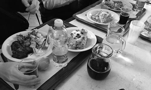 避難所の食事(2017年1月、ラクイラ、筆者撮影)。