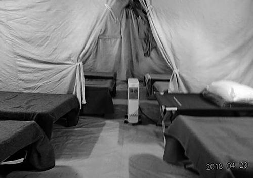 避難所のテントとベッド(2018年4月、ラクイラ、筆者撮影)。