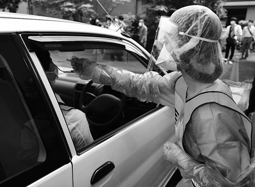 報道陣に公開されたドライブスルー方式のPCR検査=愛知県豊明市の県瀬戸保健所豊明保健分室で。(2020年5月12日、兵蔵公治撮影、写真:毎日新聞社/アフロ)
