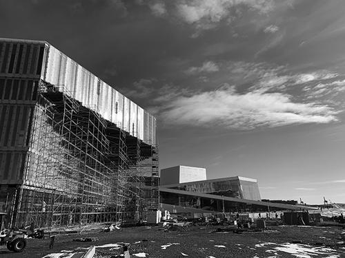 オスロ中央駅とオペラハウスの間に建設されたダイクマン・ビヨルビカ図書館。