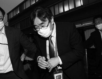 ▶無言で自宅に入る黒川検事長(2020年5月21日撮影。朝日新聞提供)