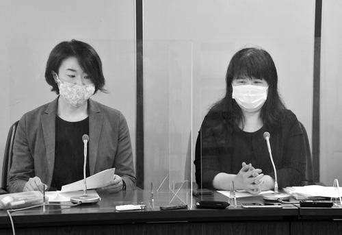 提訴後、記者会見する原告のNPO法人「情報公開クリアリングハウス」の三木由希子理事長(右)ら=28日午前、東京・霞が関の司法記者クラブ(共同通信提供)